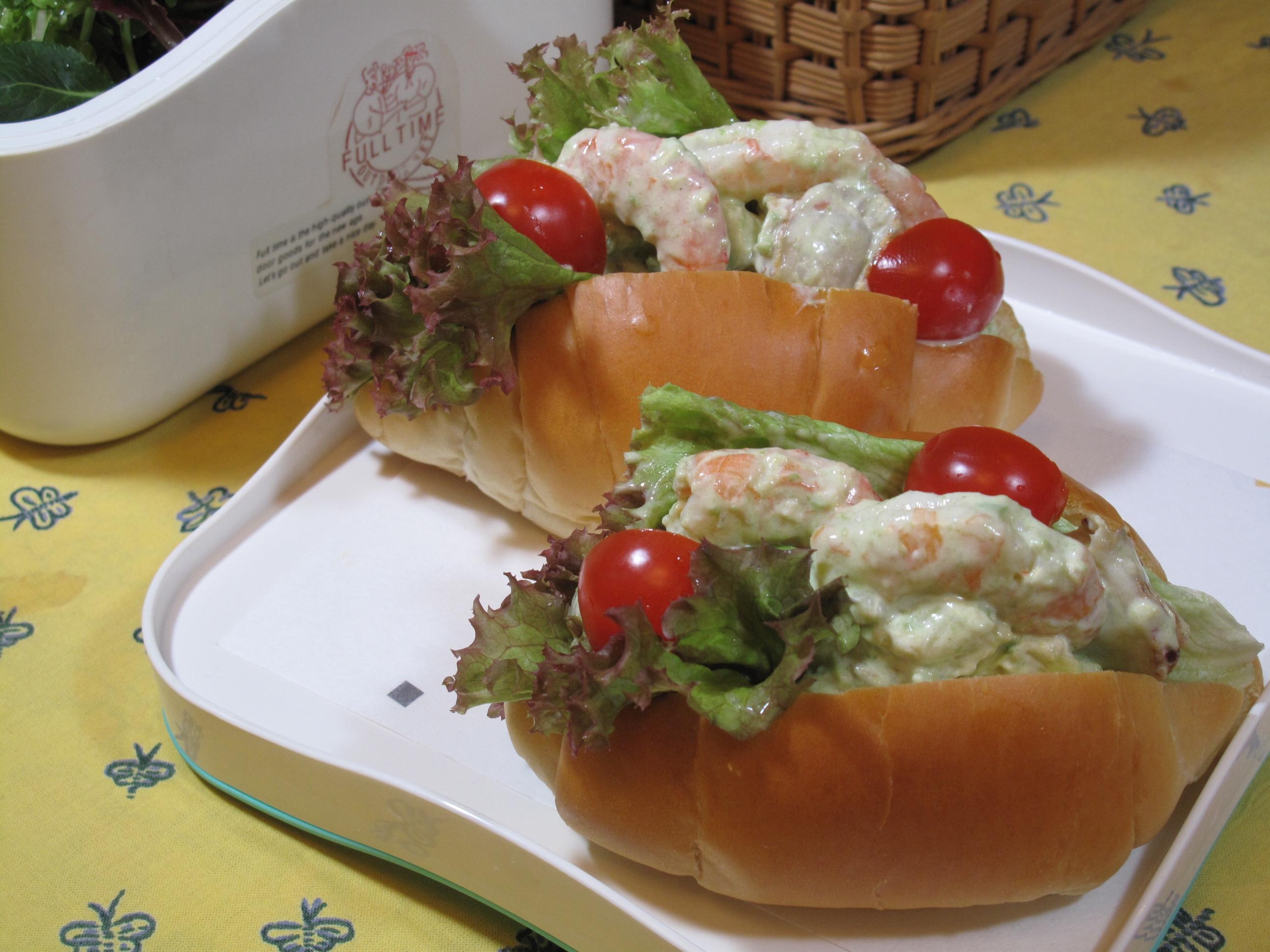 魚介とアボカドのロールパンサンド