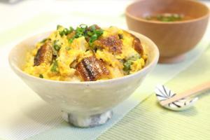 ウナギと油揚げの卵丼